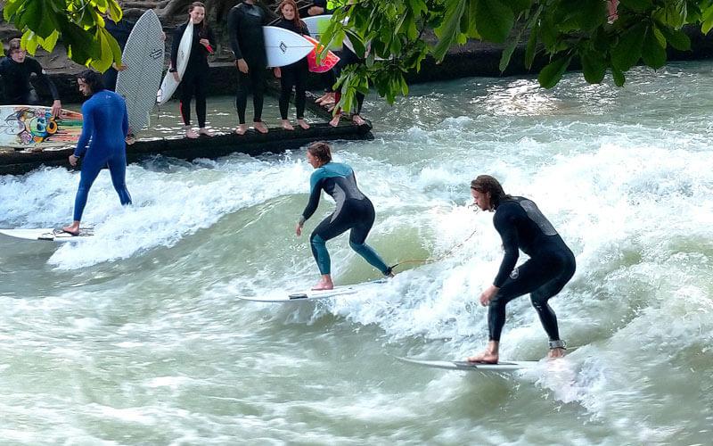 Surf-Fluviale-presso-l'Englischer-Garten