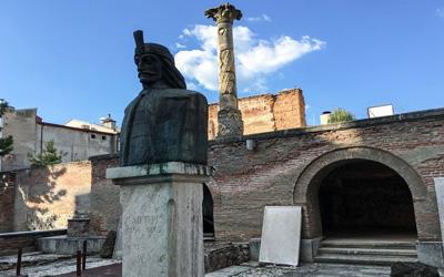 Bucarest-Copertina-Statua-del-Conte-Dracula