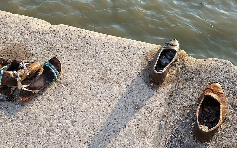 Scarpe-sulle-rive-del-danubio